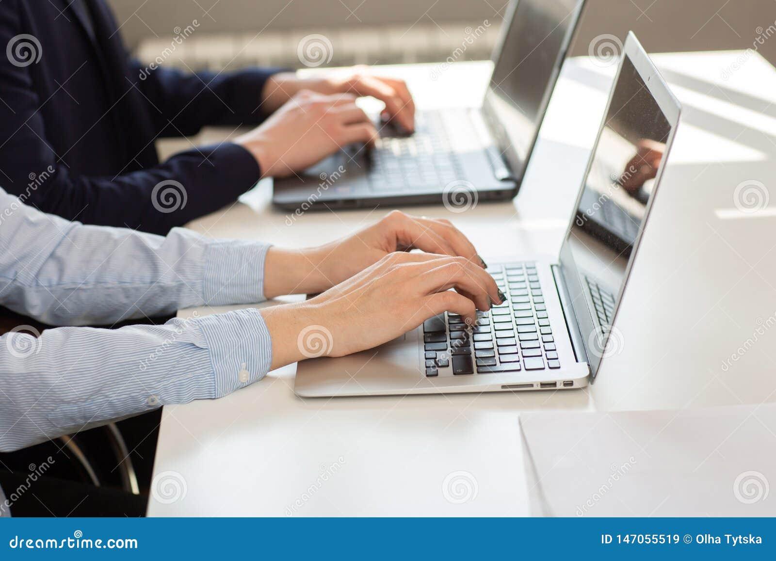Hombre o contable de negocios que trabaja en el ordenador port?til con el documento de negocio