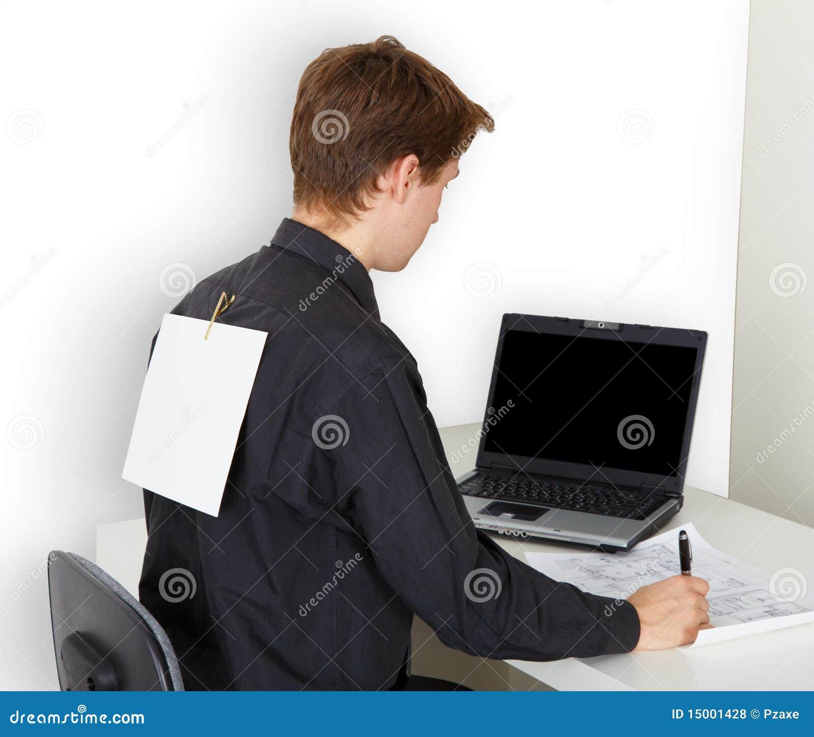 Hombre ocupado con el trabajo. En el papel detrás asociado