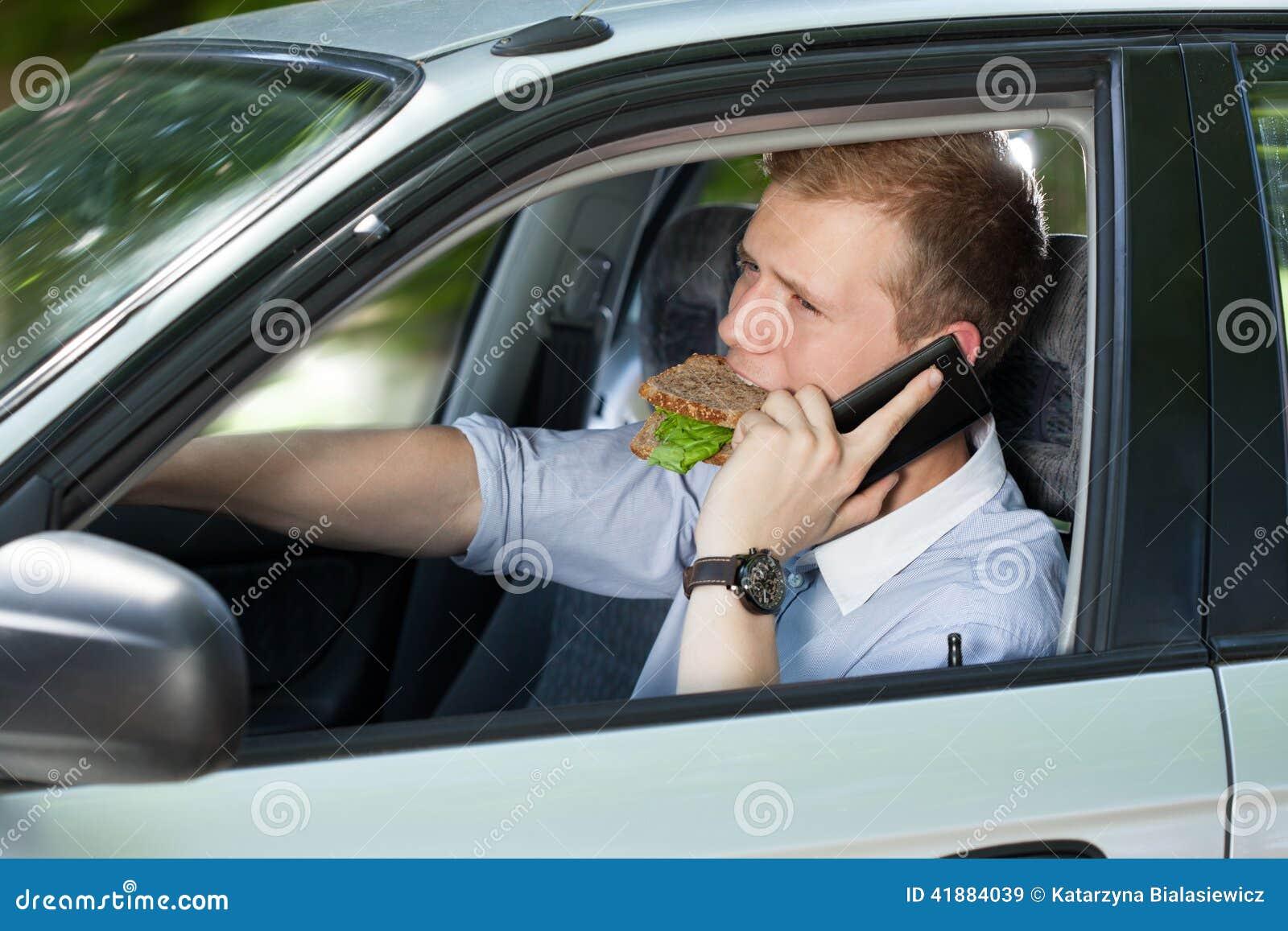 Hombre ocupado que conduce un coche