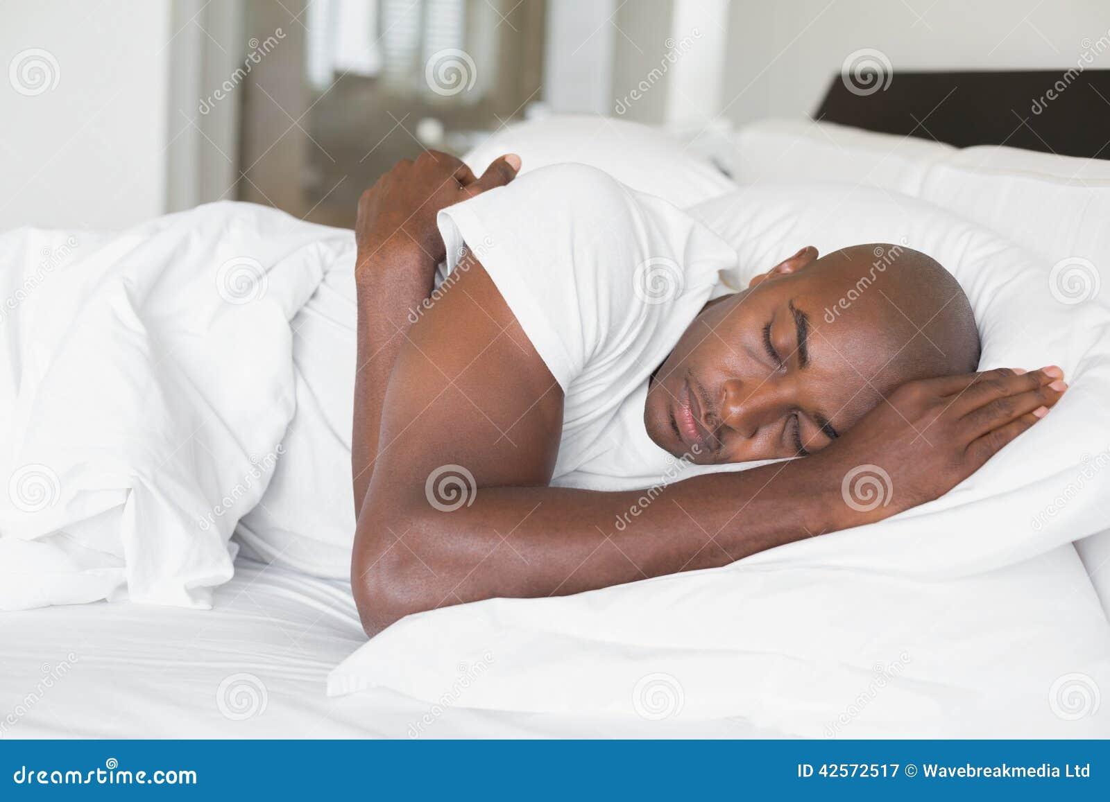Hombre pacífico que duerme en cama