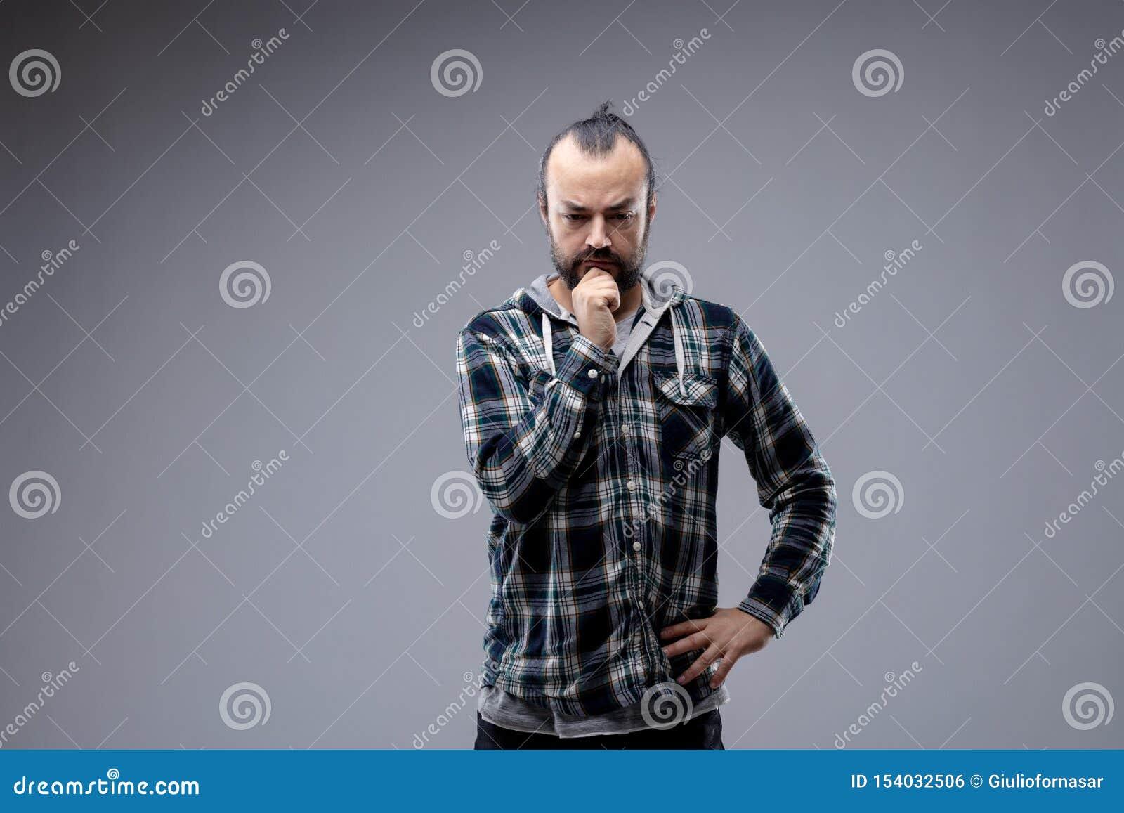Hombre pensativo con su mano a su barbilla