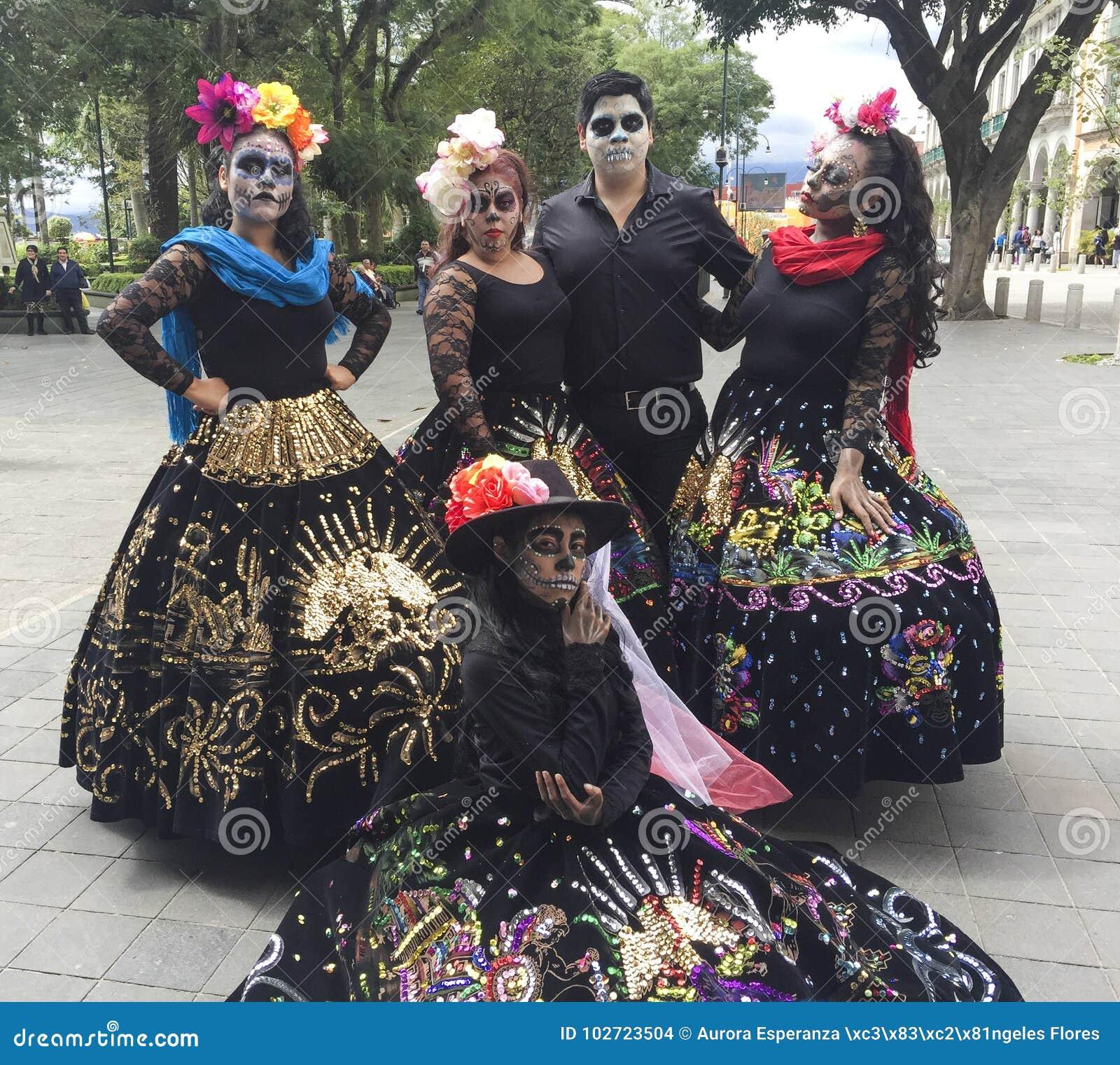 Hombre Pintado Como Un Cráneo Y Mujeres Vestidos Como