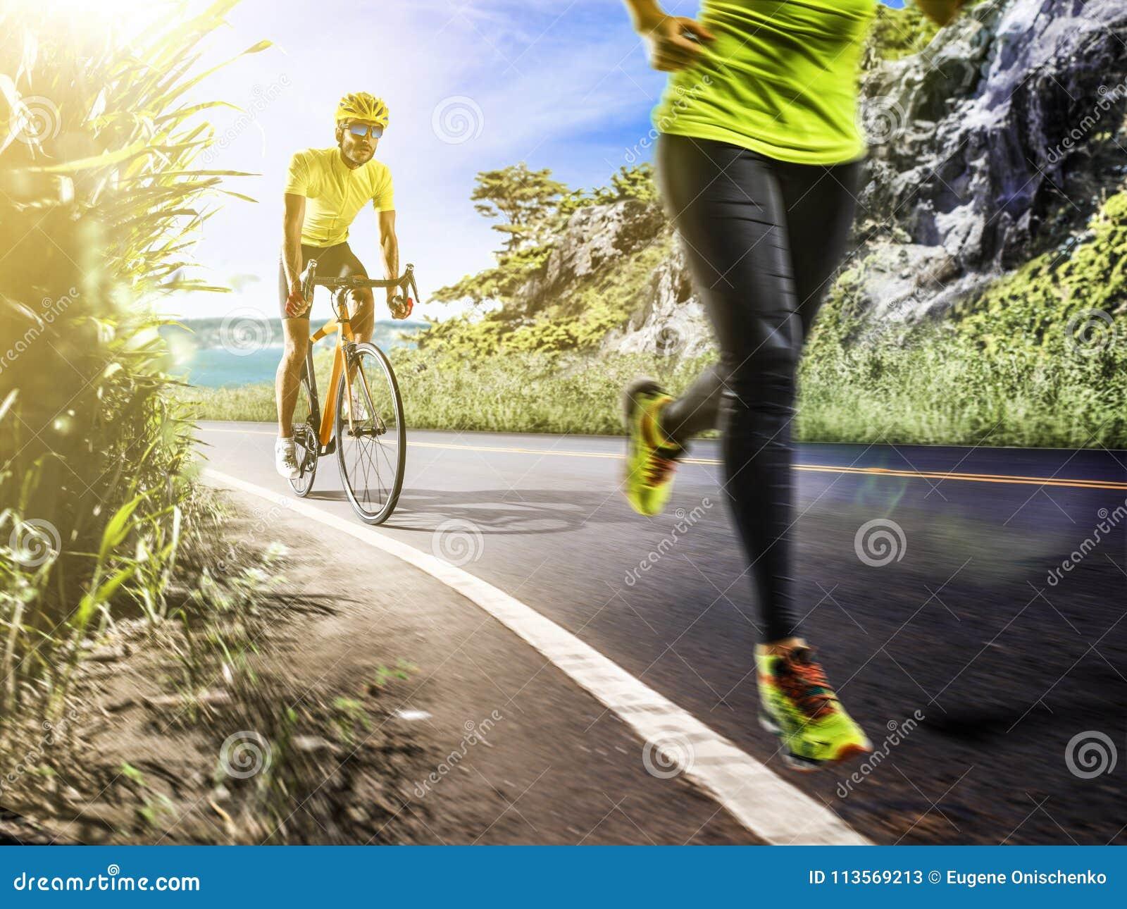Hombre profesional del triathlon y funcionamiento y ciclyng de la mujer