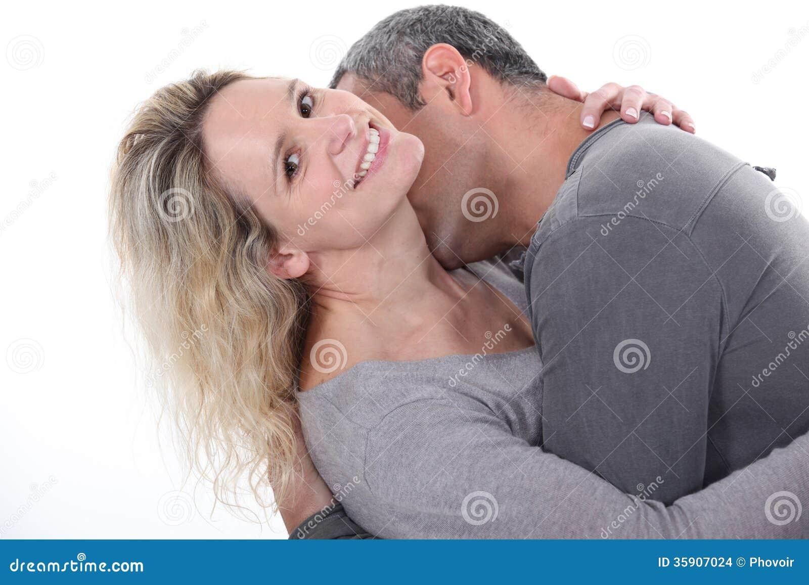 Hombre que besa el cuello de la esposa