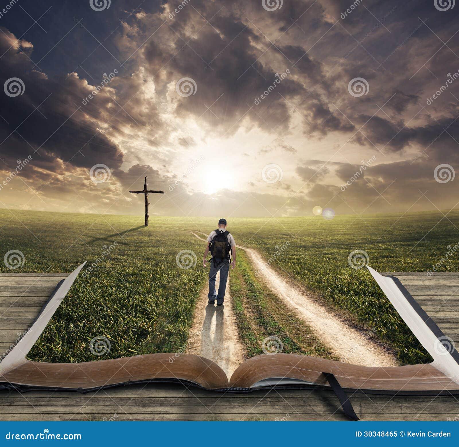 Hombre Que Camina En La Biblia Imagen de archivo - Imagen
