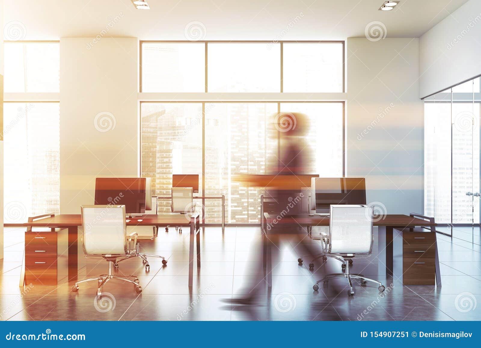 Hombre que camina en oficina moderna del espacio abierto