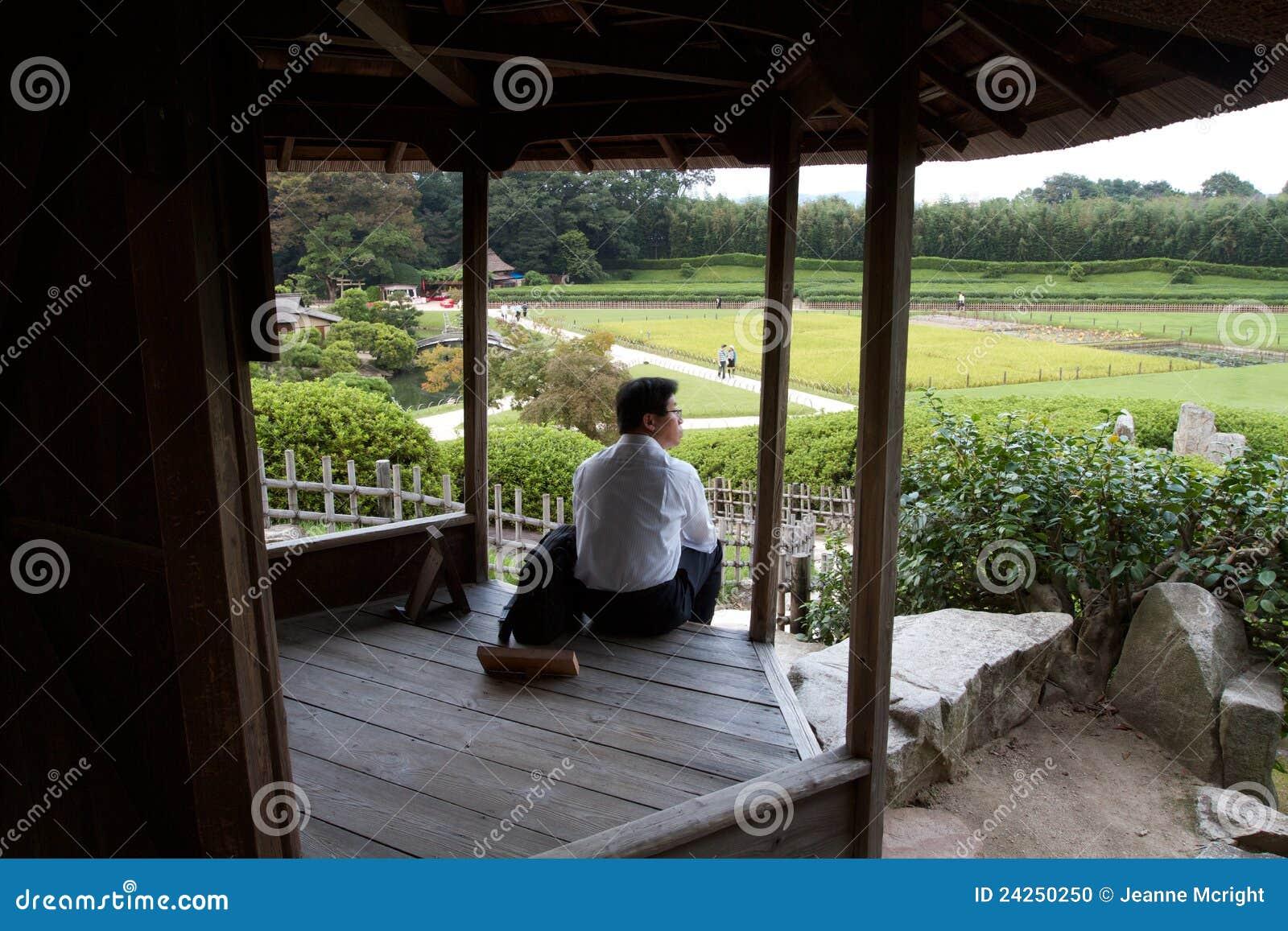Hombre que comtempla la belleza del jard n de korakuen for Jardin korakuen