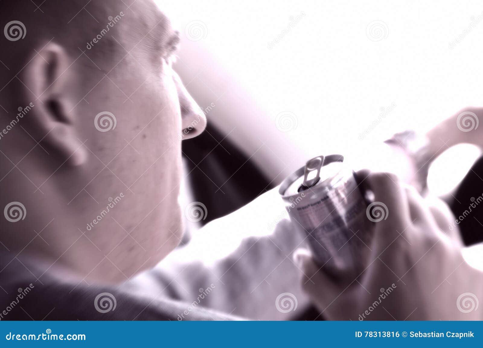 Hombre que conduce una bebida de activación de consumición del coche