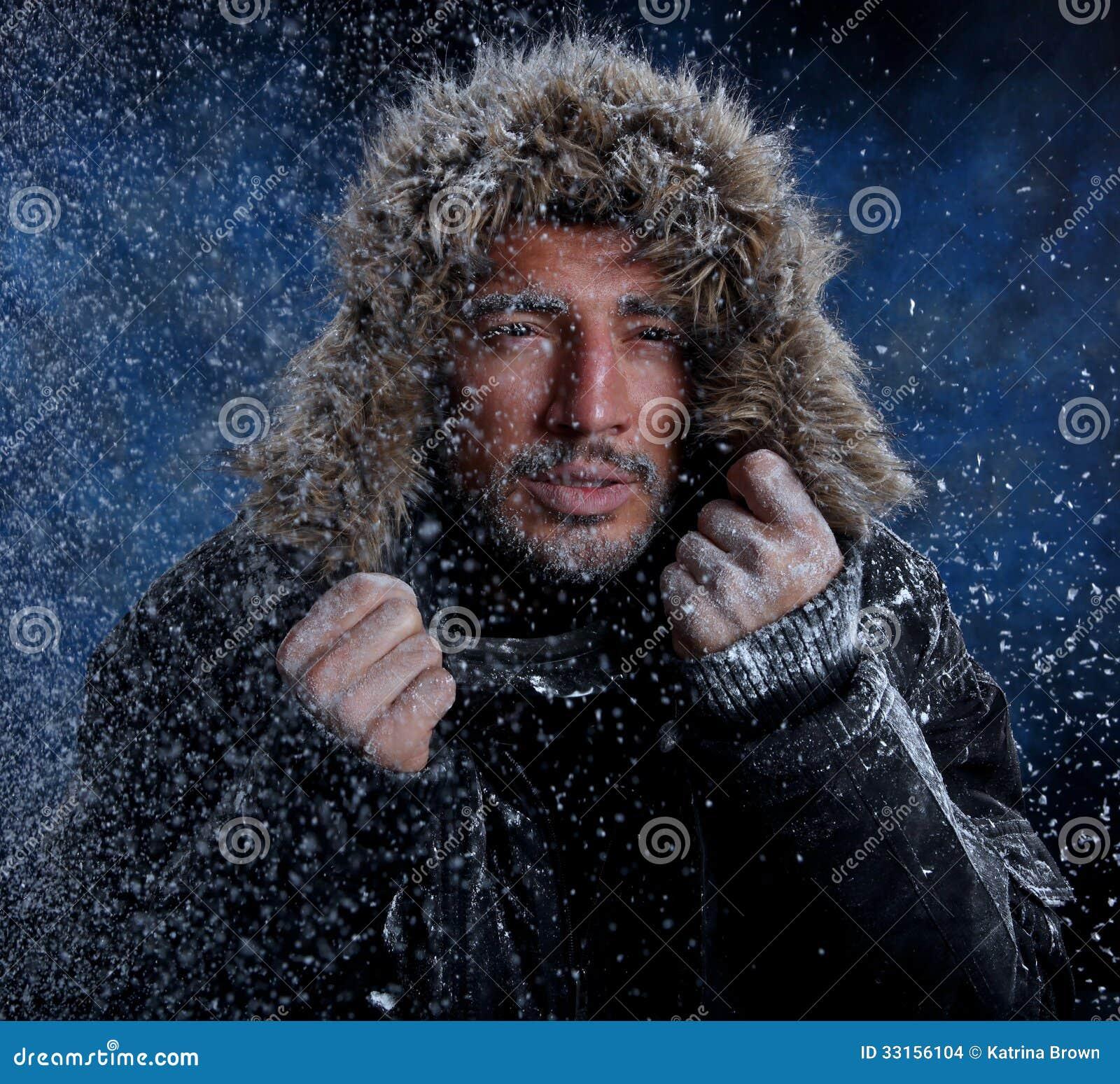 Hombre que congela en tiempo frío