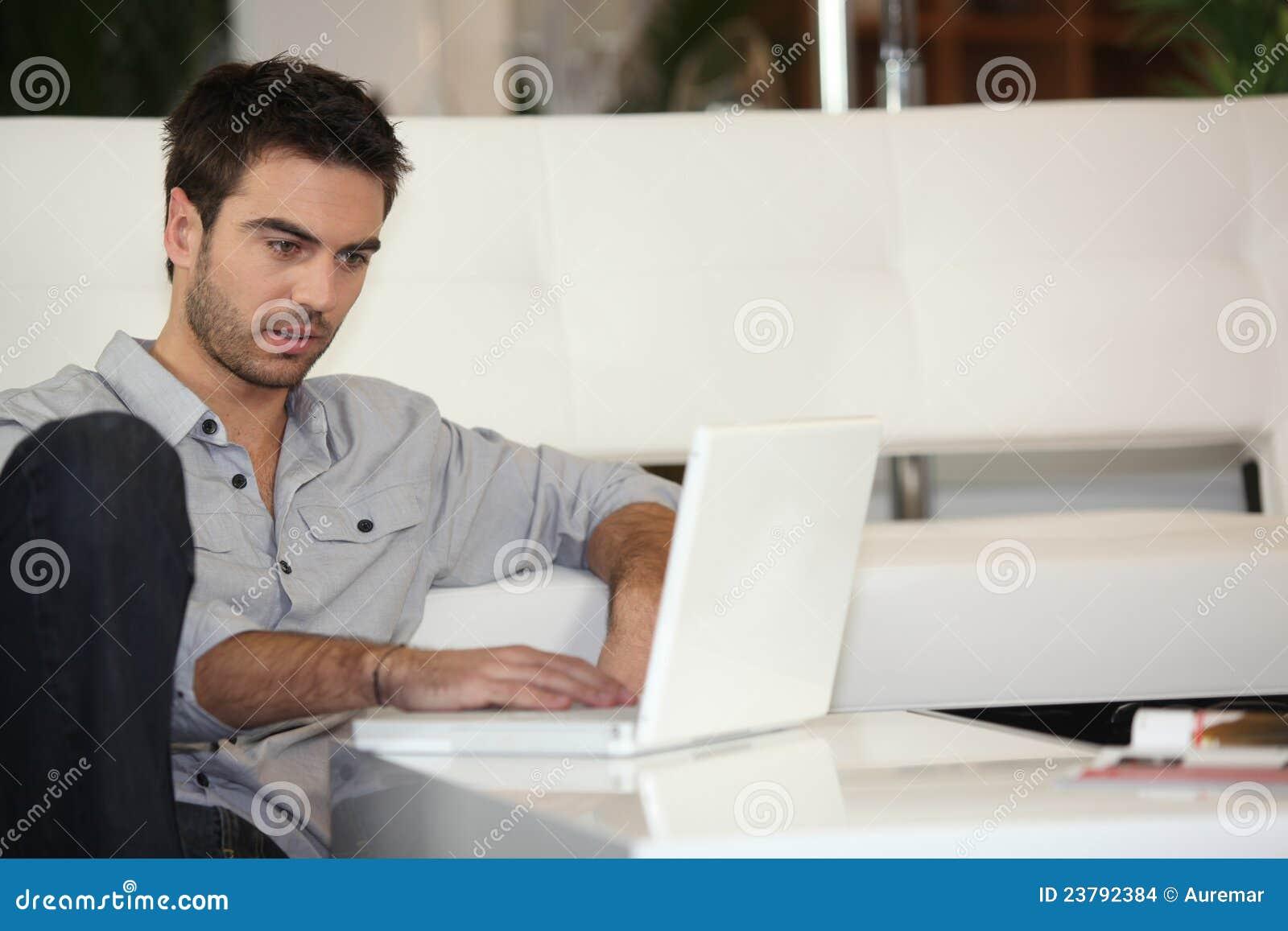 Hombre que controla sus email