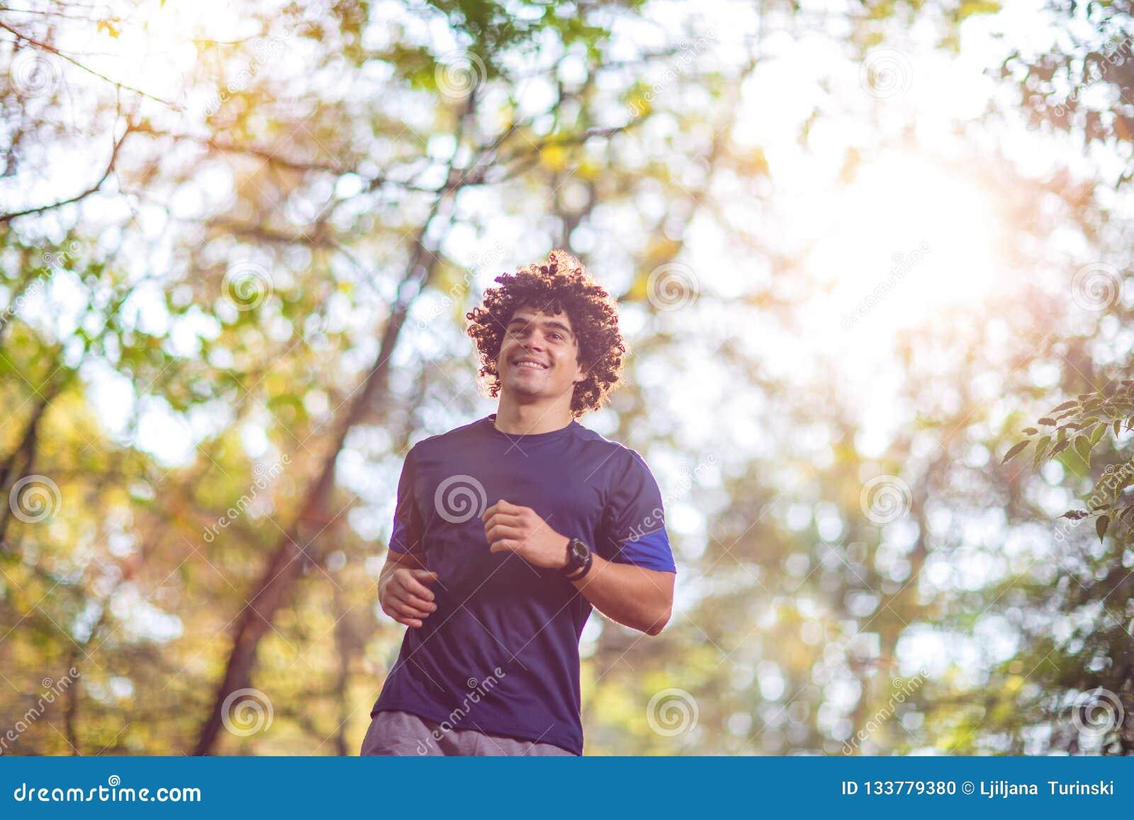 Hombre que corre en la aptitud de la naturaleza, deporte, entrenamiento de la aptitud y
