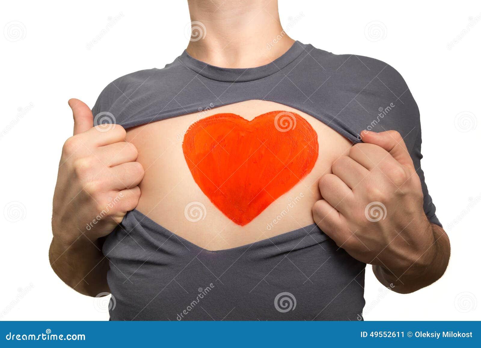 Hombre que destroza la camiseta gris Corazón rojo pintado en su pecho i