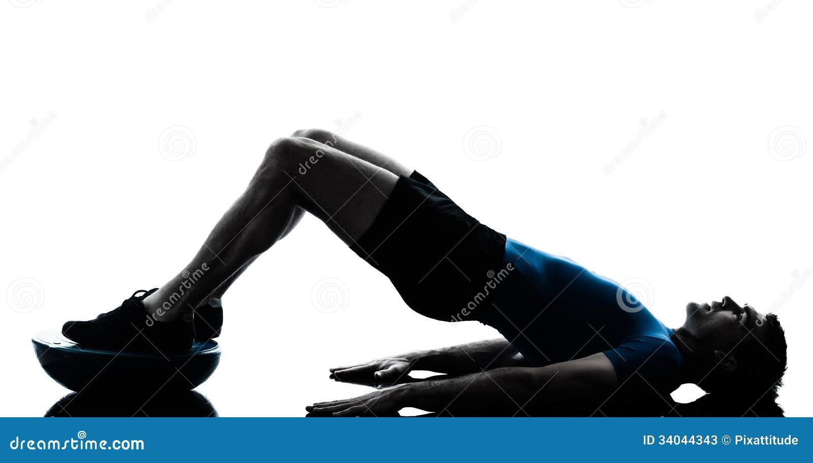 Hombre que ejercita postura de la aptitud del entrenamiento del bosu