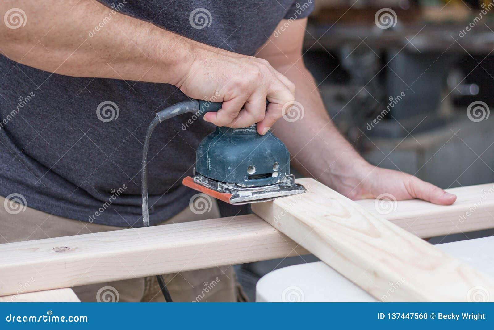 Hombre que enarena un proyecto de DIY