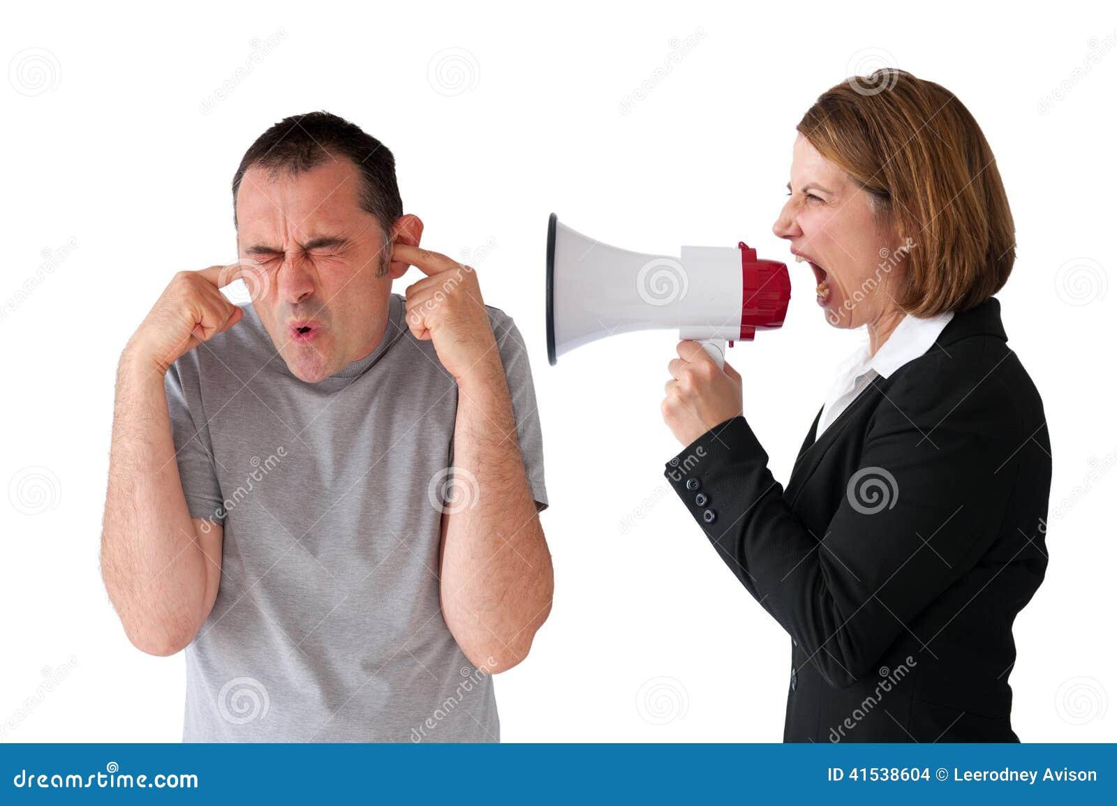 Hombre que es gritado en por el encargado de sexo femenino