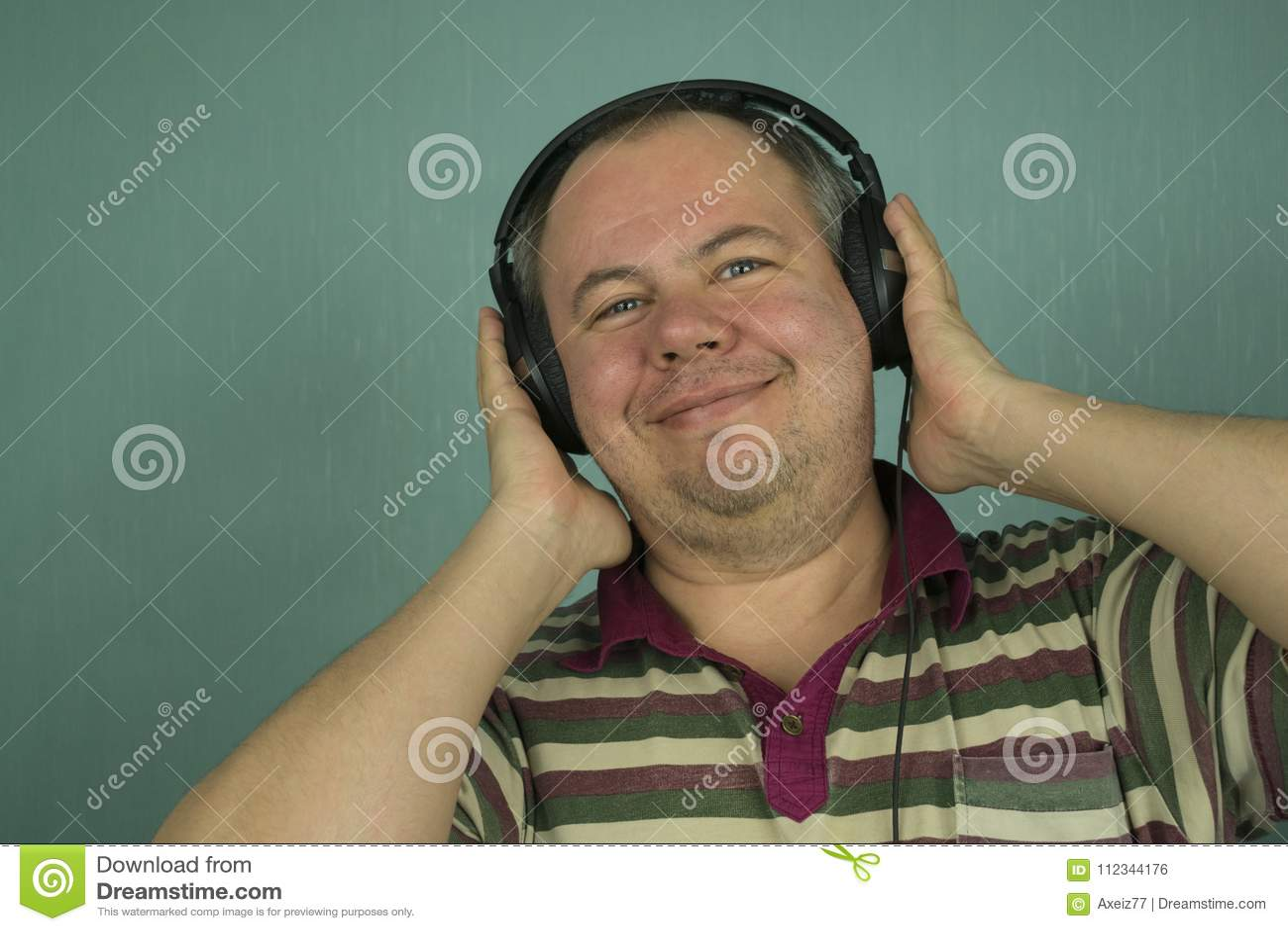 Hombre que escucha la música en los auriculares