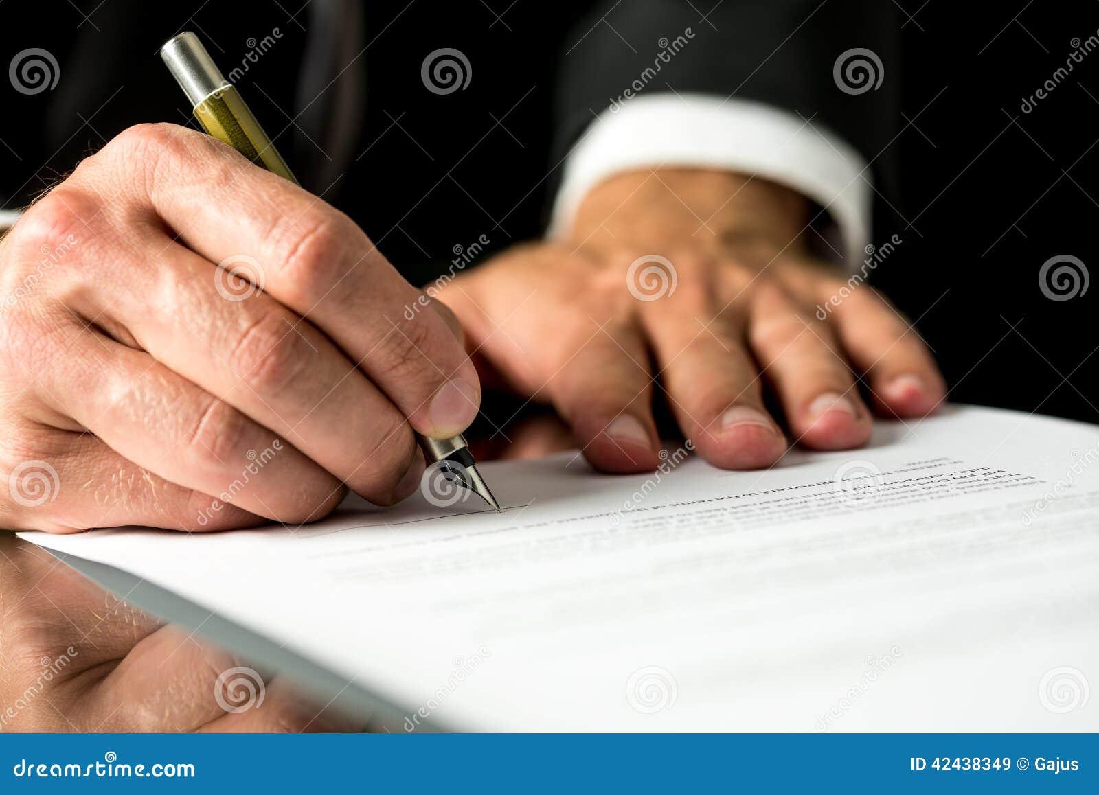 Hombre que firma un documento mecanografiado
