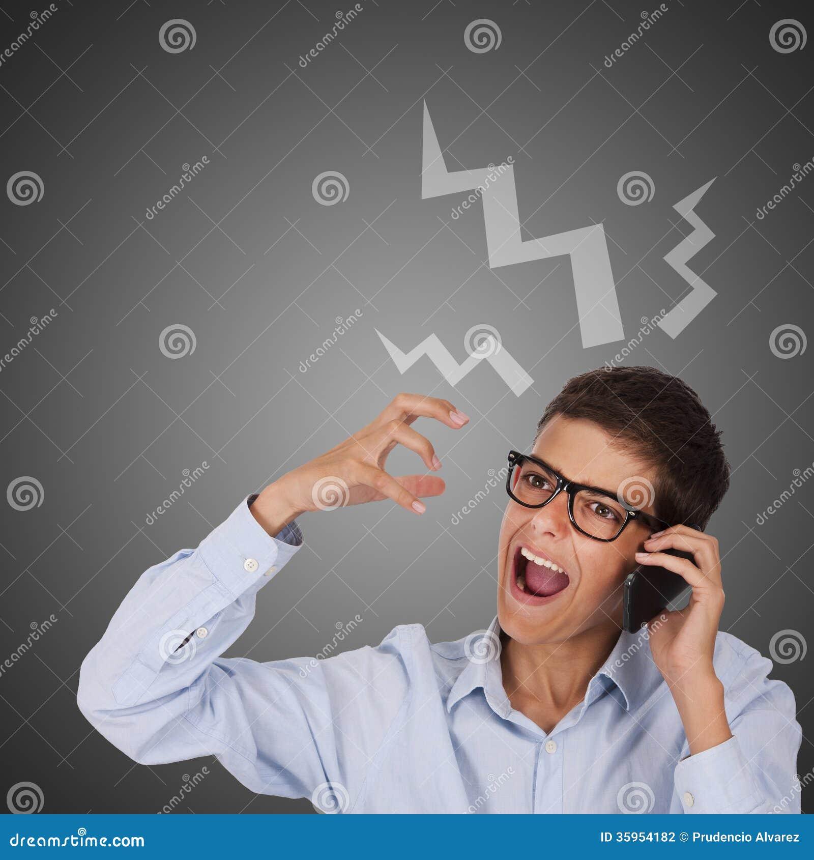 Hombre que habla por el teléfono y que grita