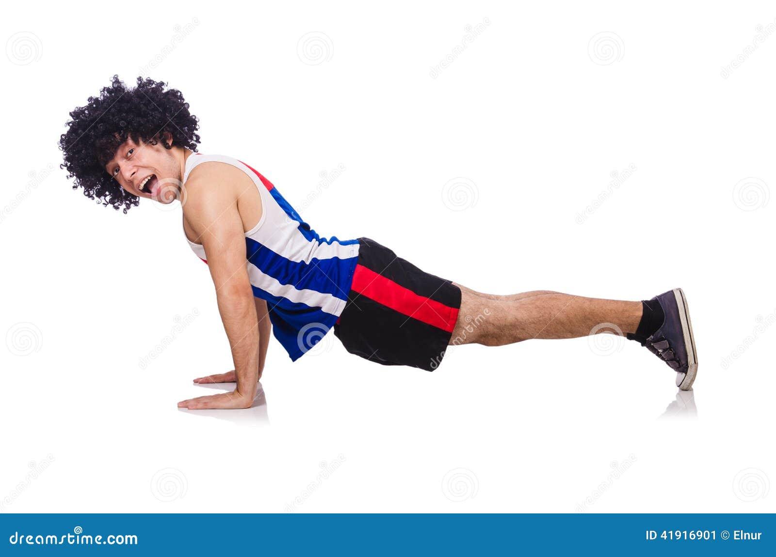 Hombre que hace los ejercicios aislados
