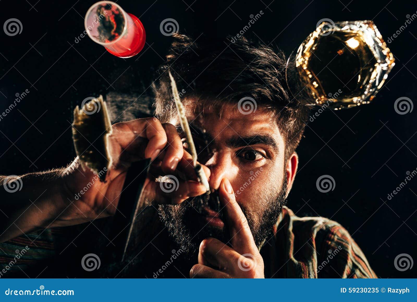 Download Hombre Que Huele Una Línea De Cocaína Imagen de archivo - Imagen de hombre, hábito: 59230235