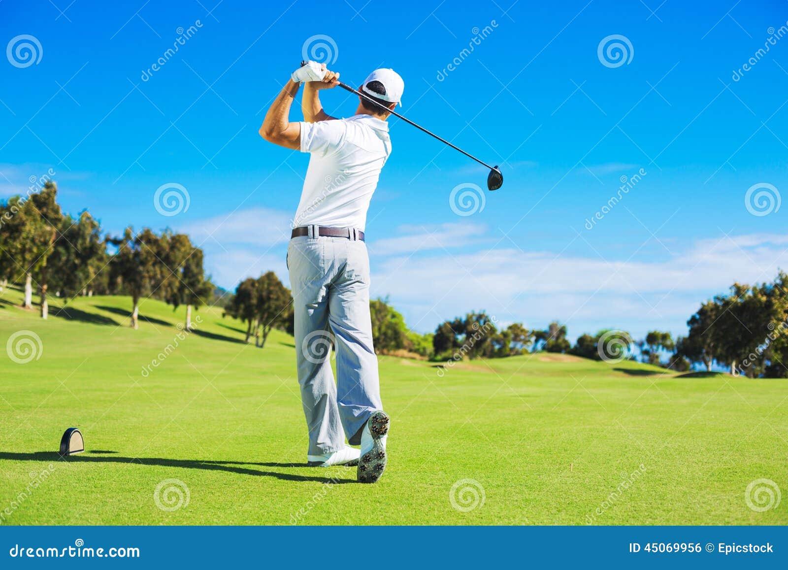 Hombre que juega a golf