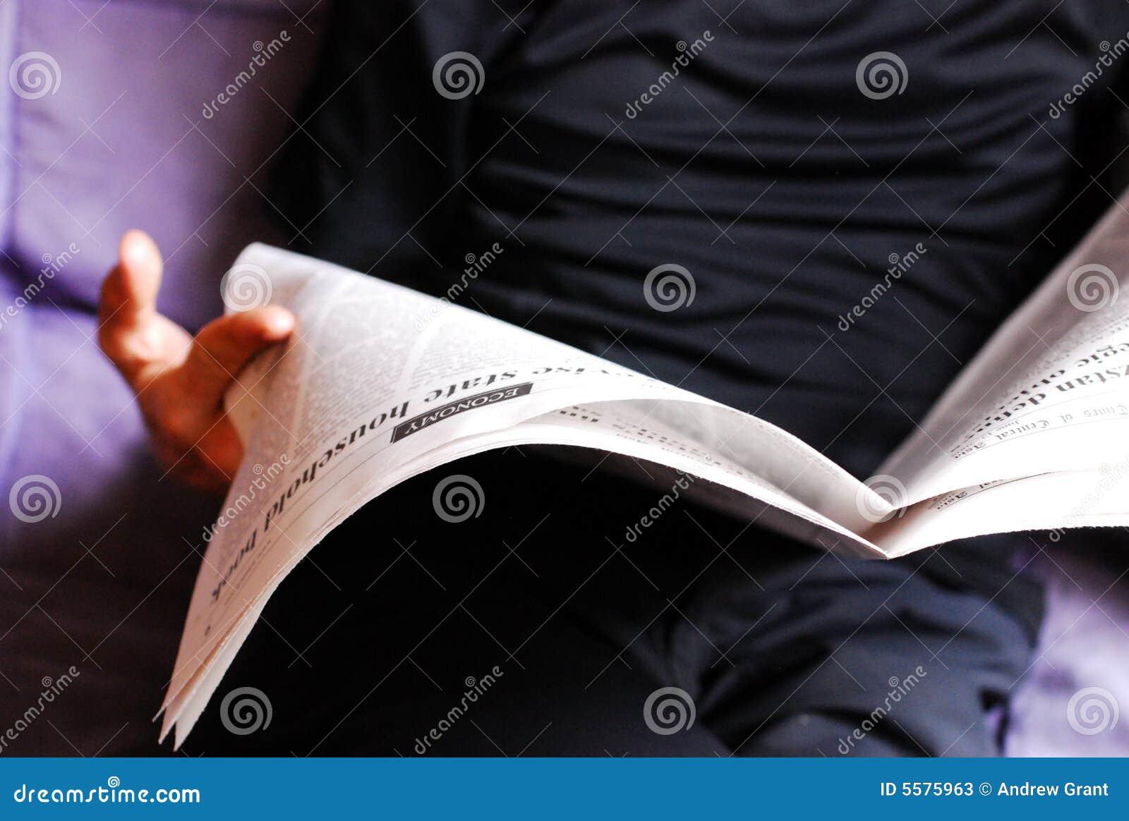 Hombre que lee un periódico
