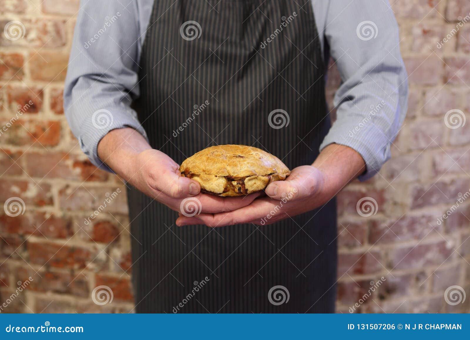 Hombre que lleva a cabo un pastie