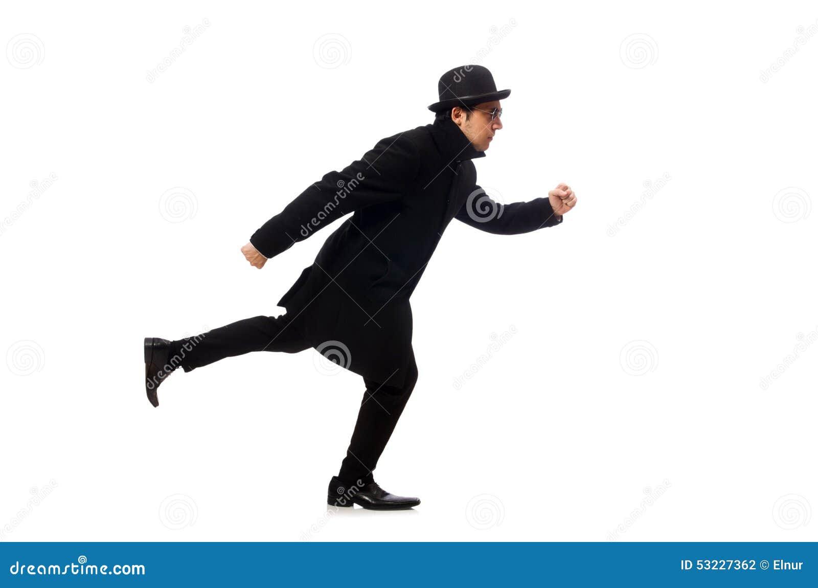 Hombre que lleva la capa negra aislada en blanco