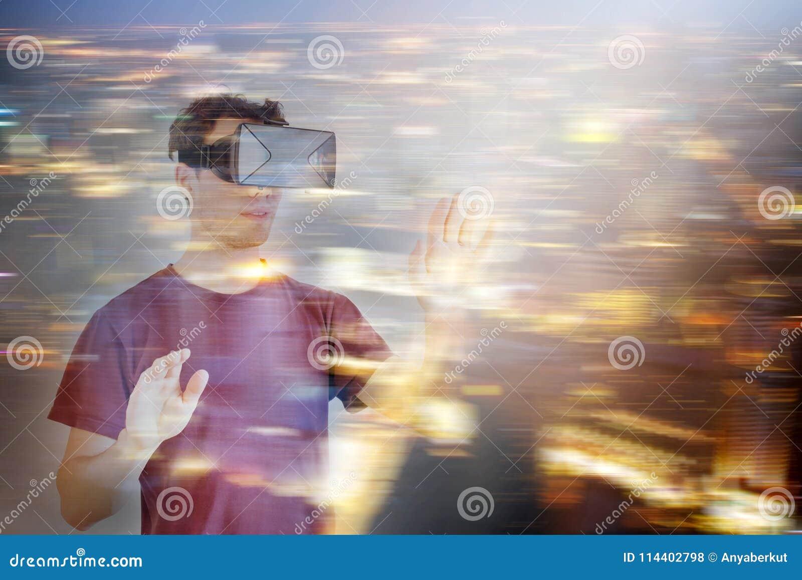 Hombre que lleva los vidrios de las auriculares de la realidad virtual de VR
