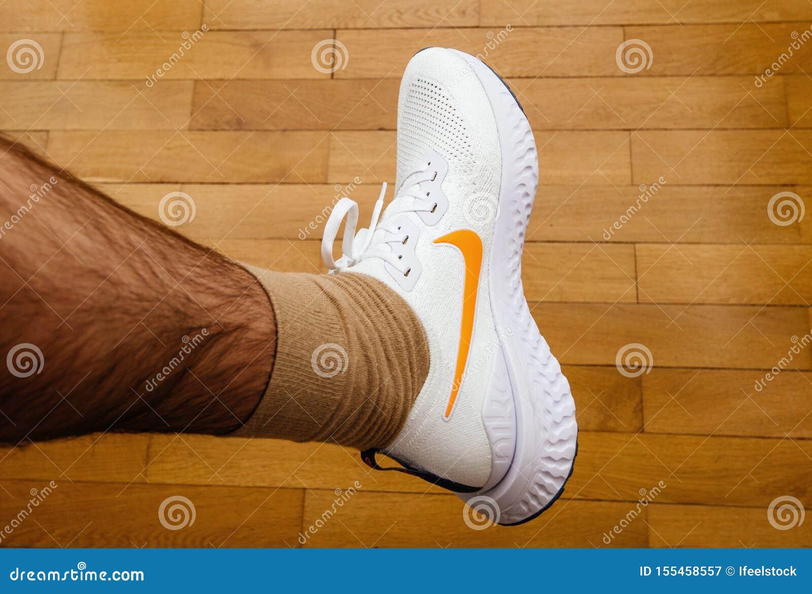 experimental Sumamente elegante Madurar  Hombre Que Mide A Nueva Nike Epic React Flyknit 2 Zapatillas Deportivas  Fotografía editorial - Imagen de pies, nike: 155458557