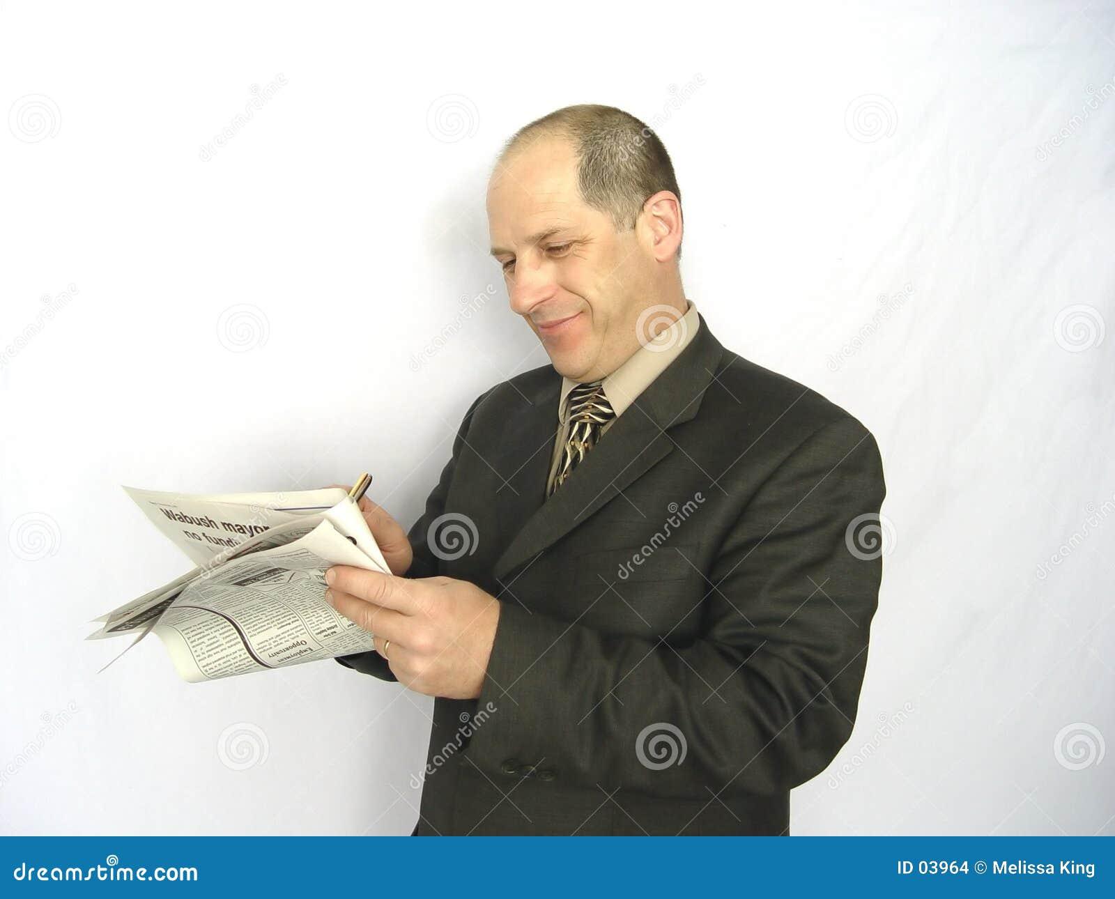 Hombre que mira el papel