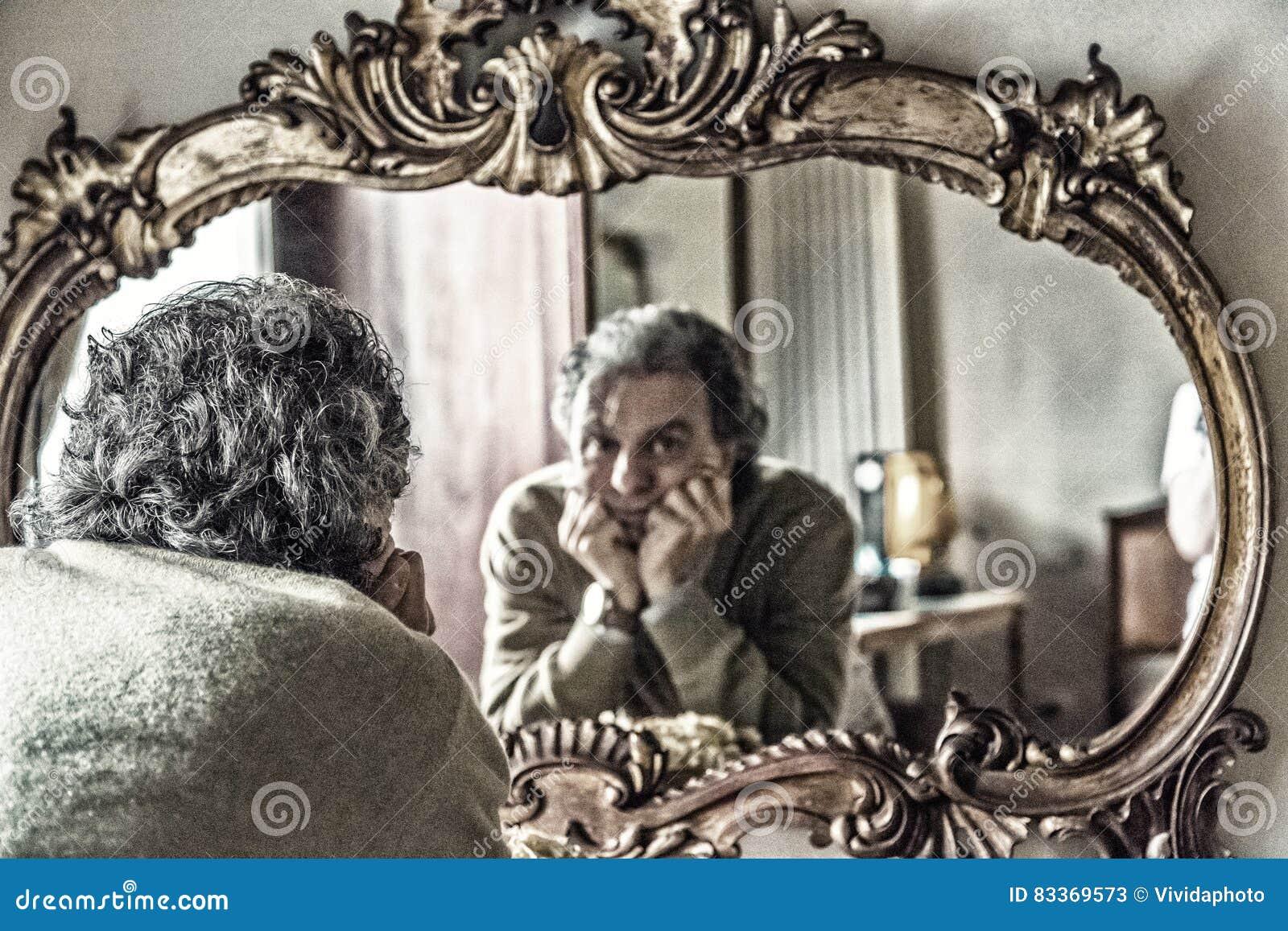 Hombre que mira la reflexión