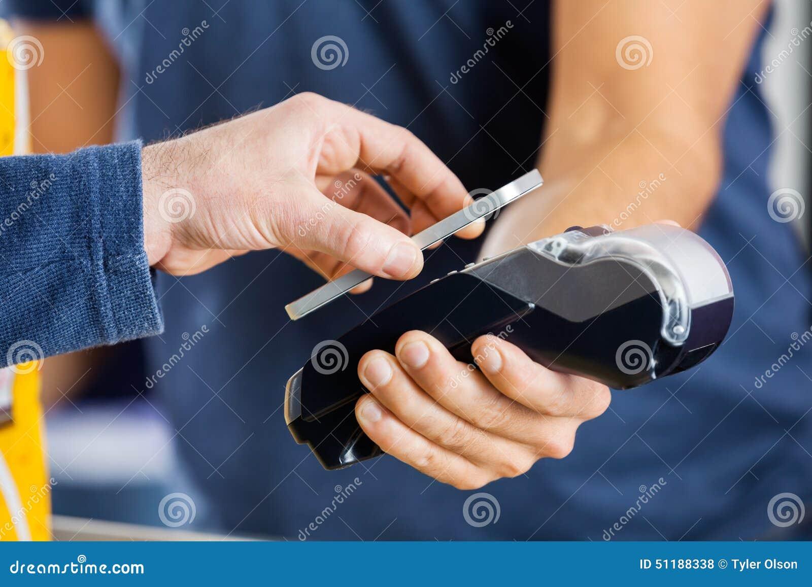 Hombre que paga con tecnología de NFC en el cine