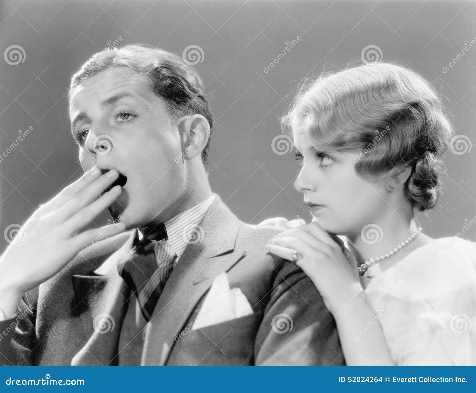 Hombre que parece aburrido con su mujer (todas las personas representadas no son vivas más largo y ningún estado existe Garantías