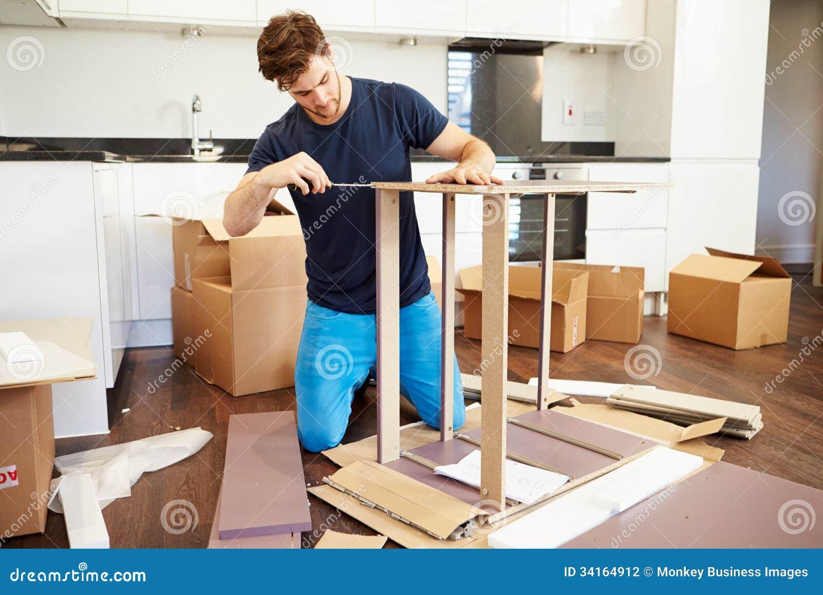 Hombre Que Pone Juntos Los Muebles De La Asamblea Del Uno Mismo En  # Muebles Nuevo Hogar