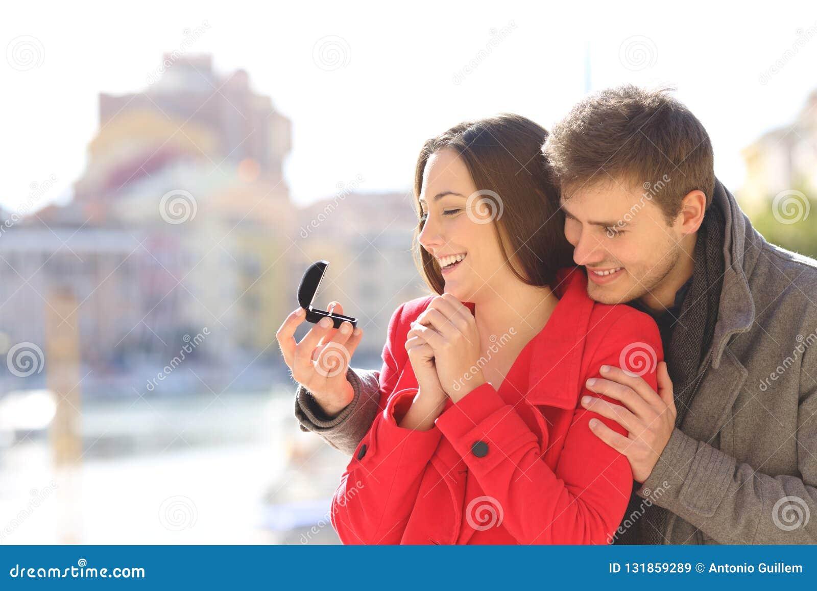 Hombre que propone matrimonio a su novia feliz