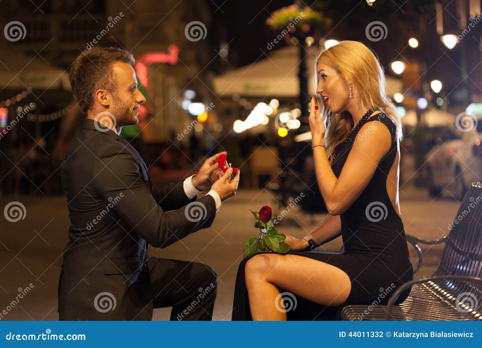 Hombre que propone a su amante