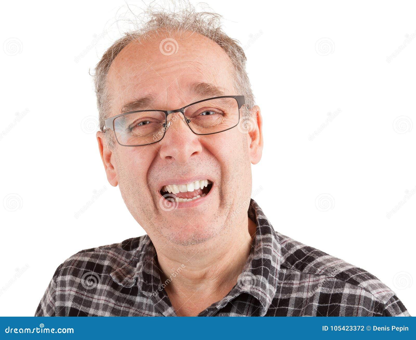 Hombre que ríe sobre algo