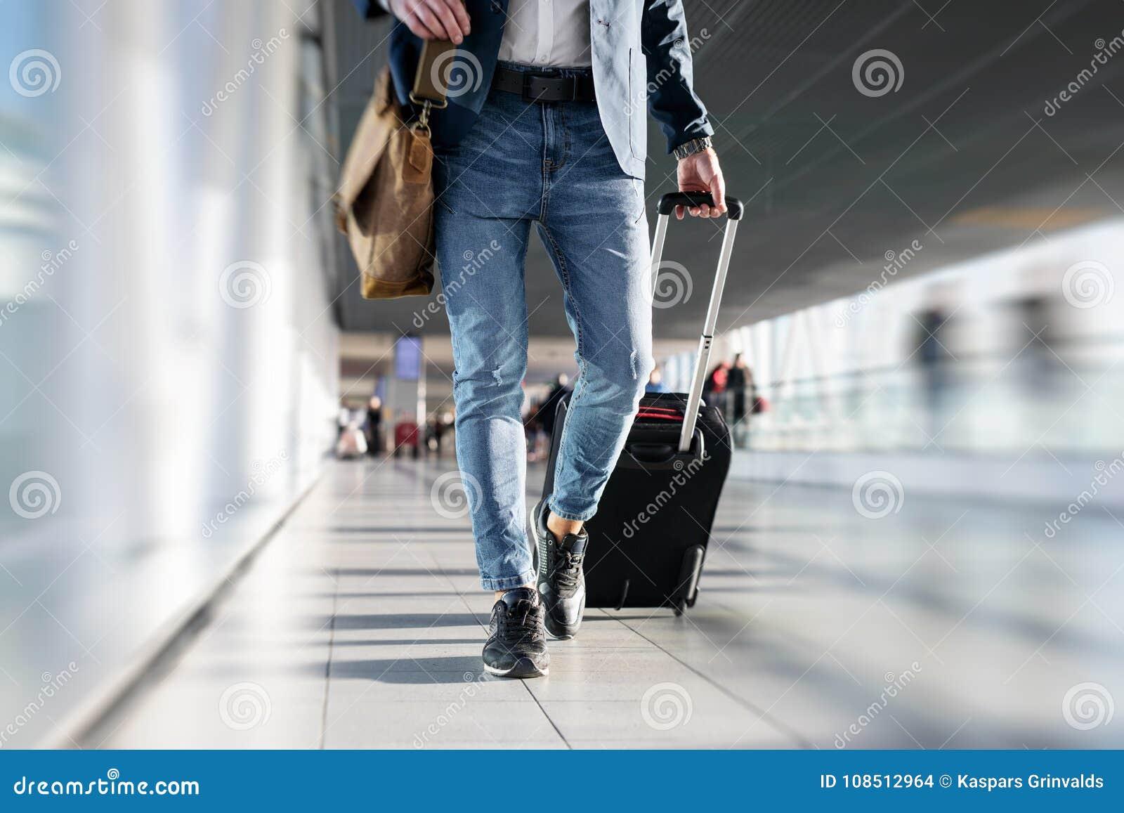 Hombre que recorre en aeropuerto