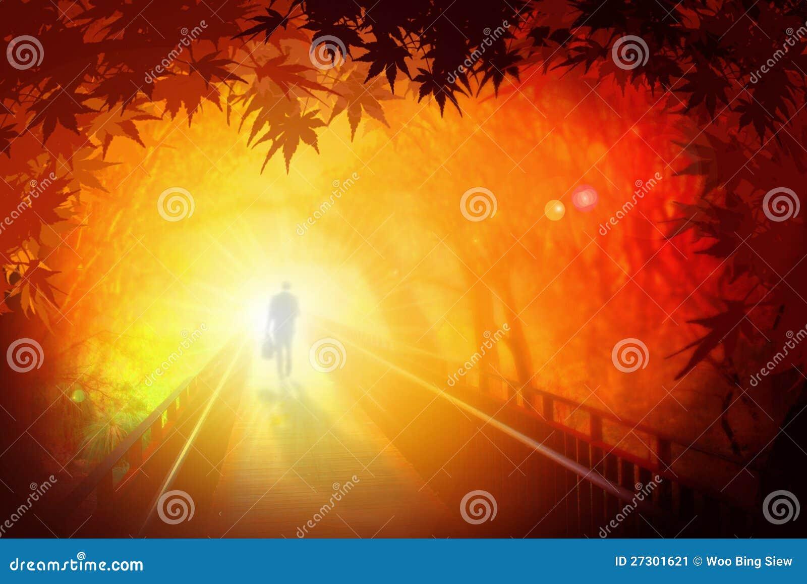Hombre que recorre en el puente bajo las hojas de otoño