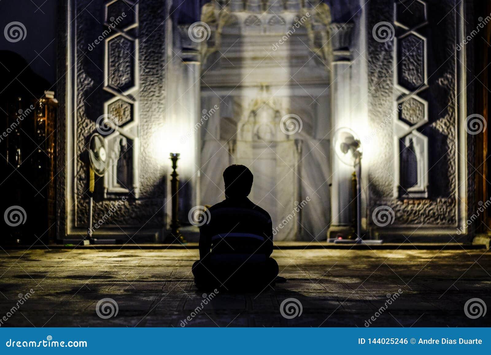 Hombre que ruega en mezquita