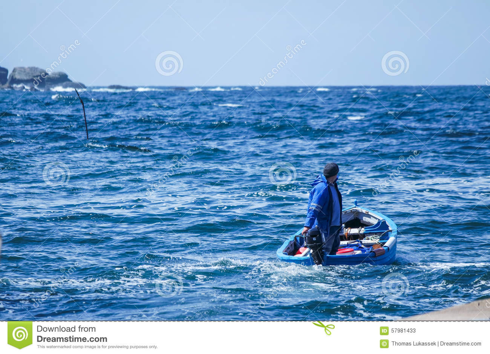 Hombre que sale del puerto para pescar