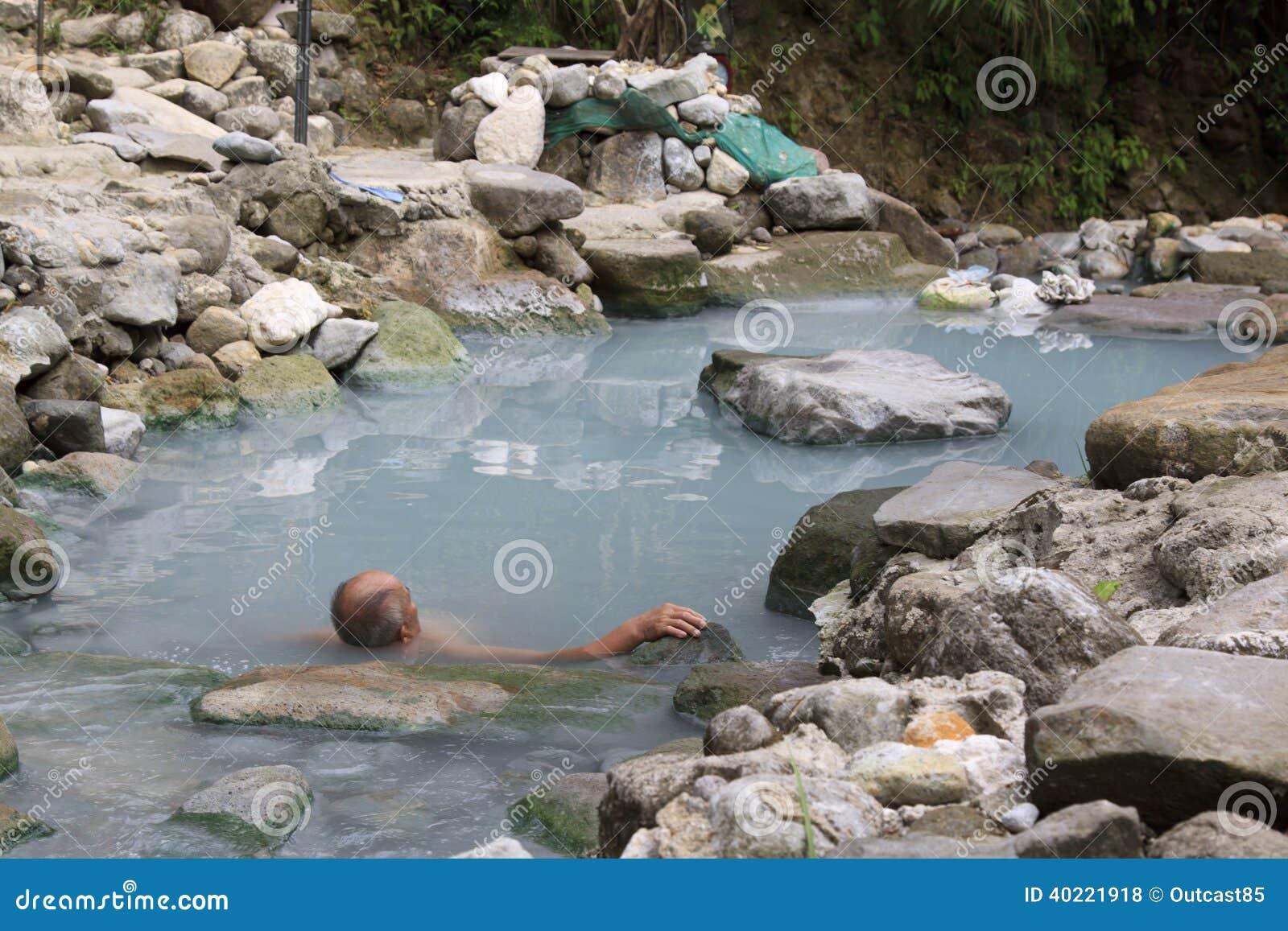 Hombre que se relaja en aguas termales naturales foto de for Aguas termales naturales madrid