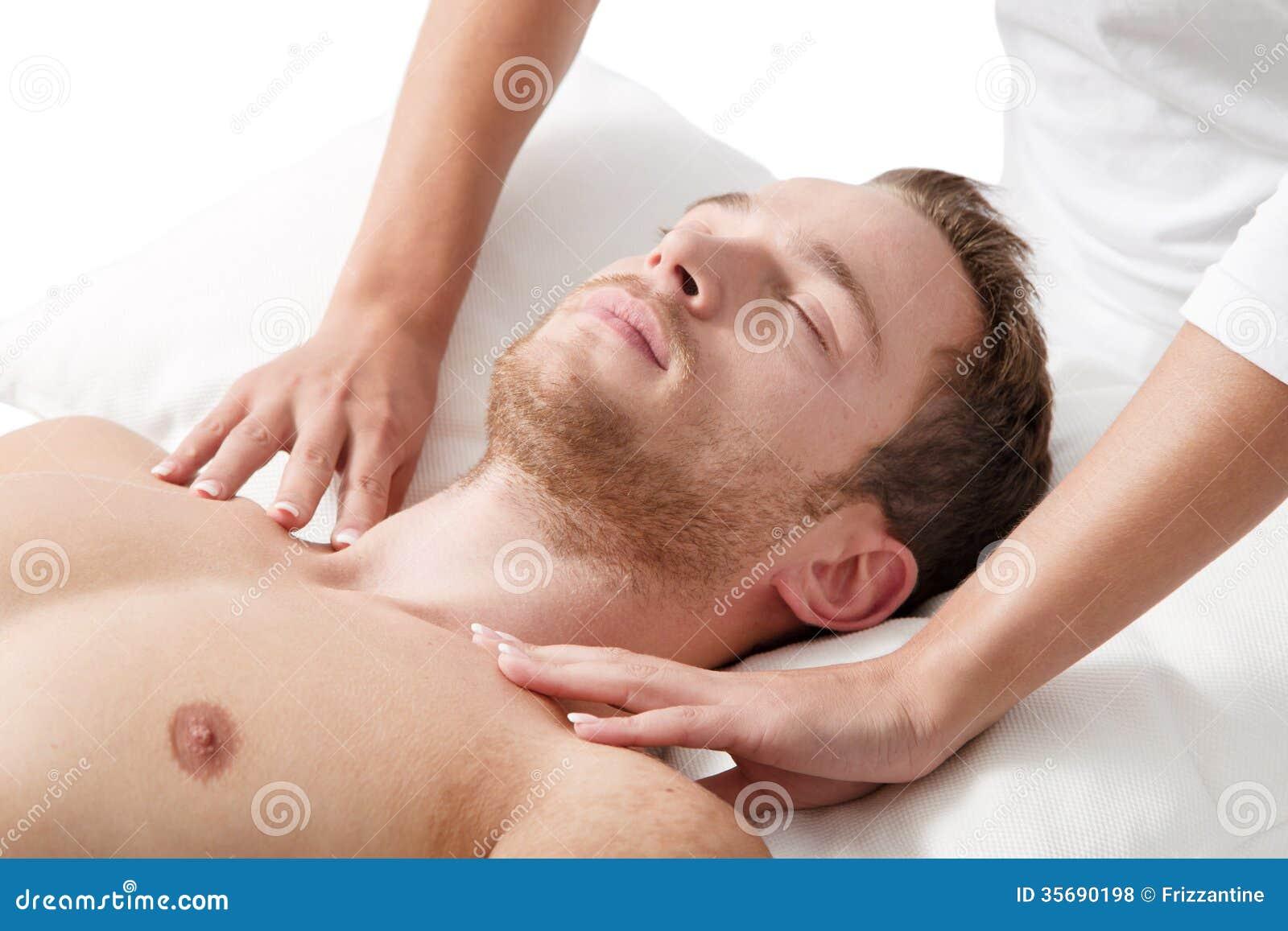 Hombre que se relaja en masaje