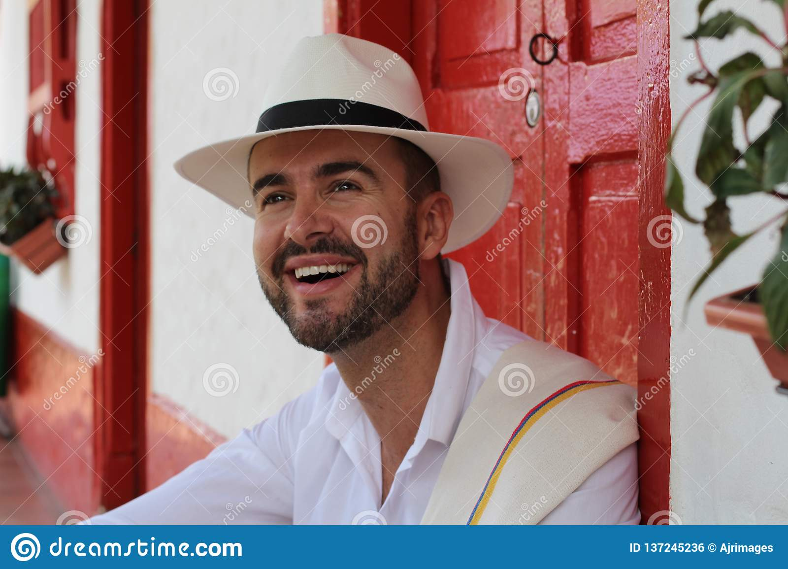 Hombre que se sienta en casa colonial tradicional