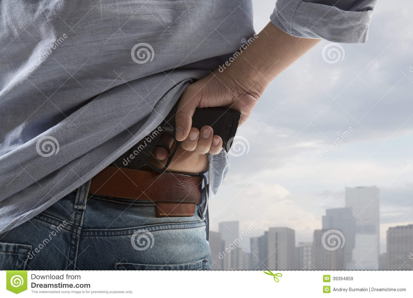 Hombre que sostiene el arma