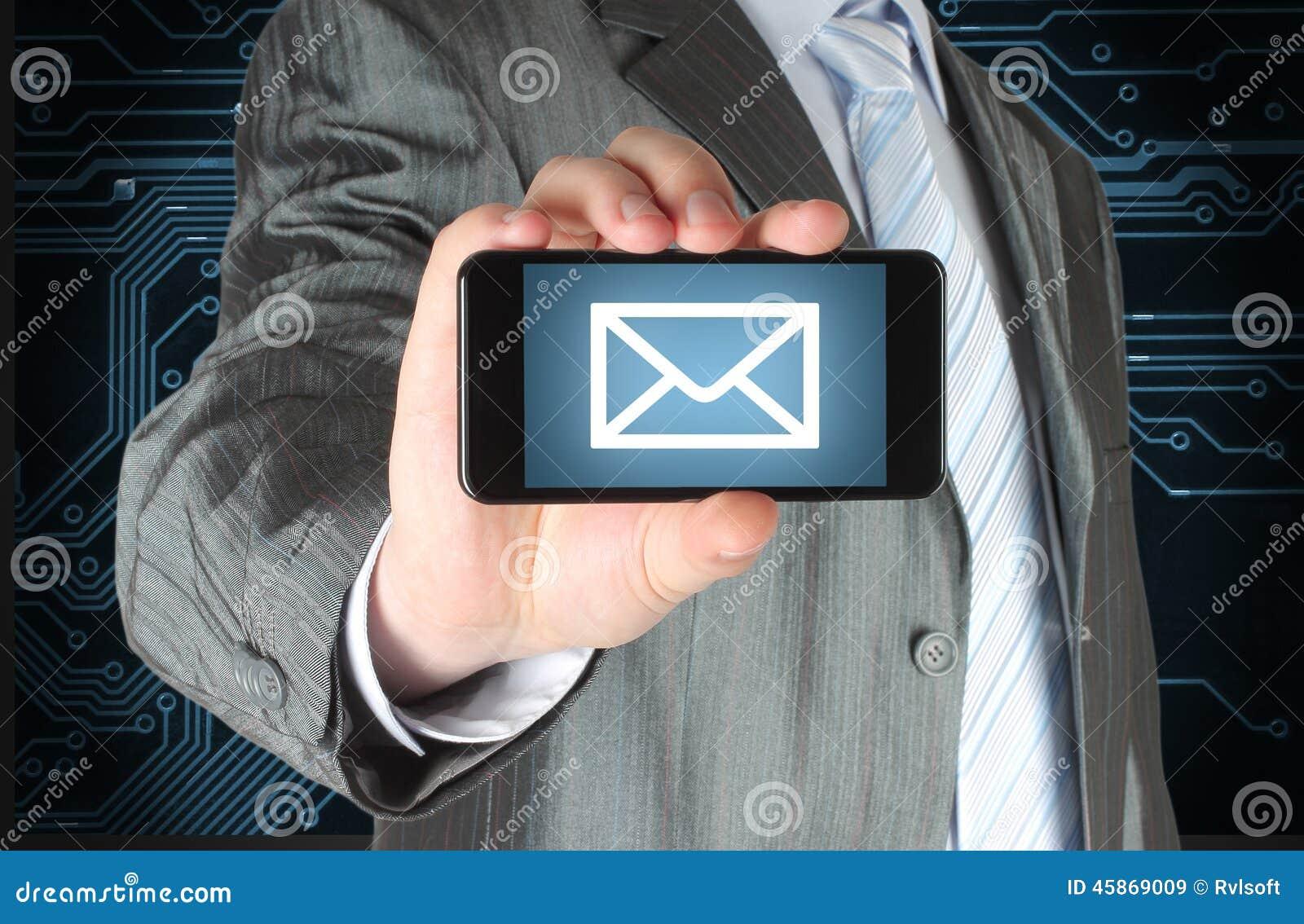 Hombre que sostiene el teléfono elegante móvil con el mensaje