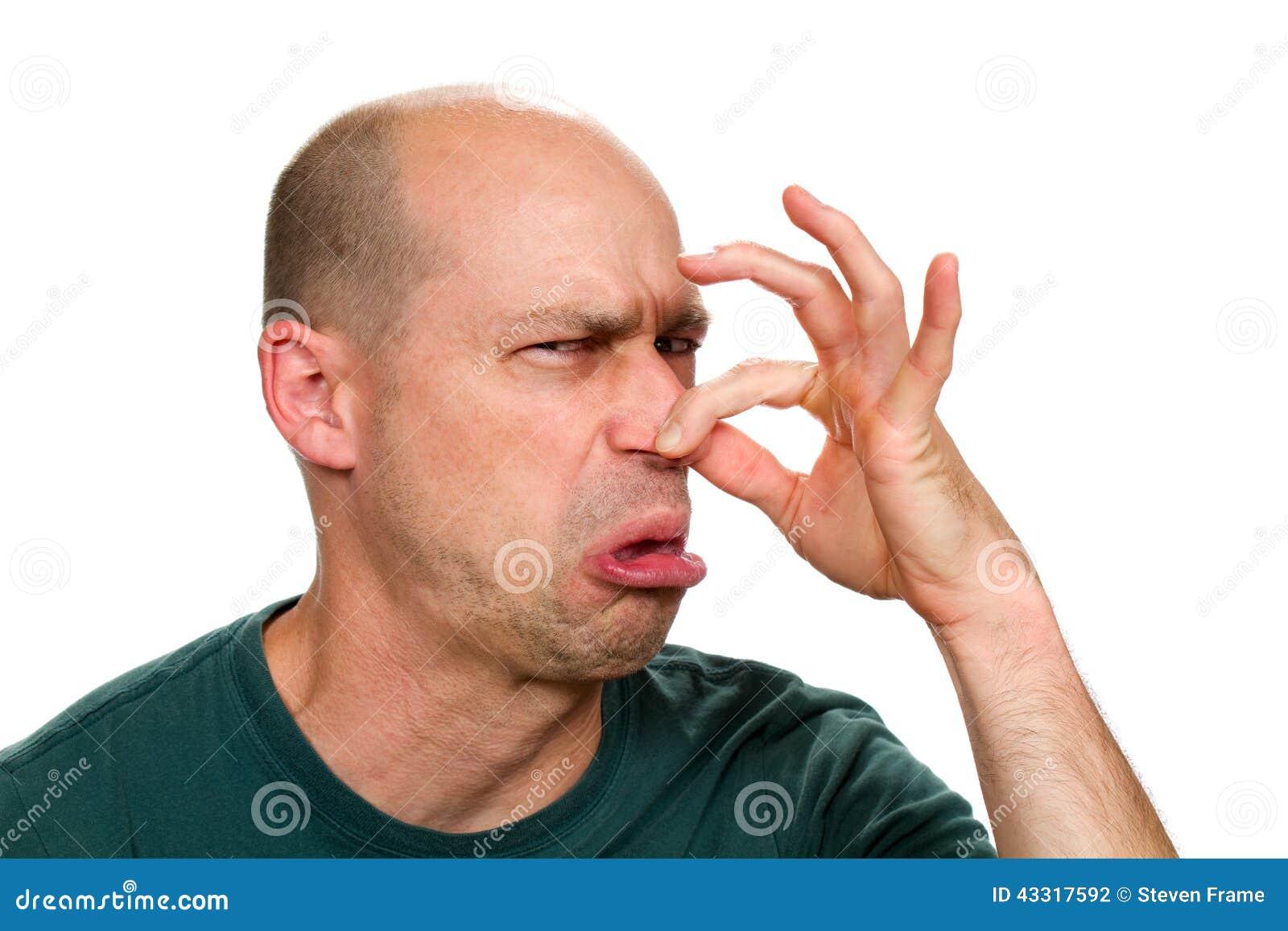 Hombre que sostiene la nariz