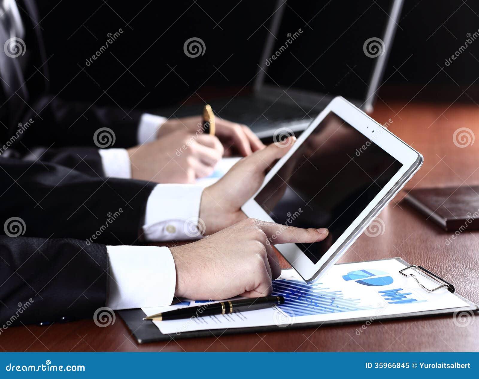 Hombre que sostiene la tableta digital