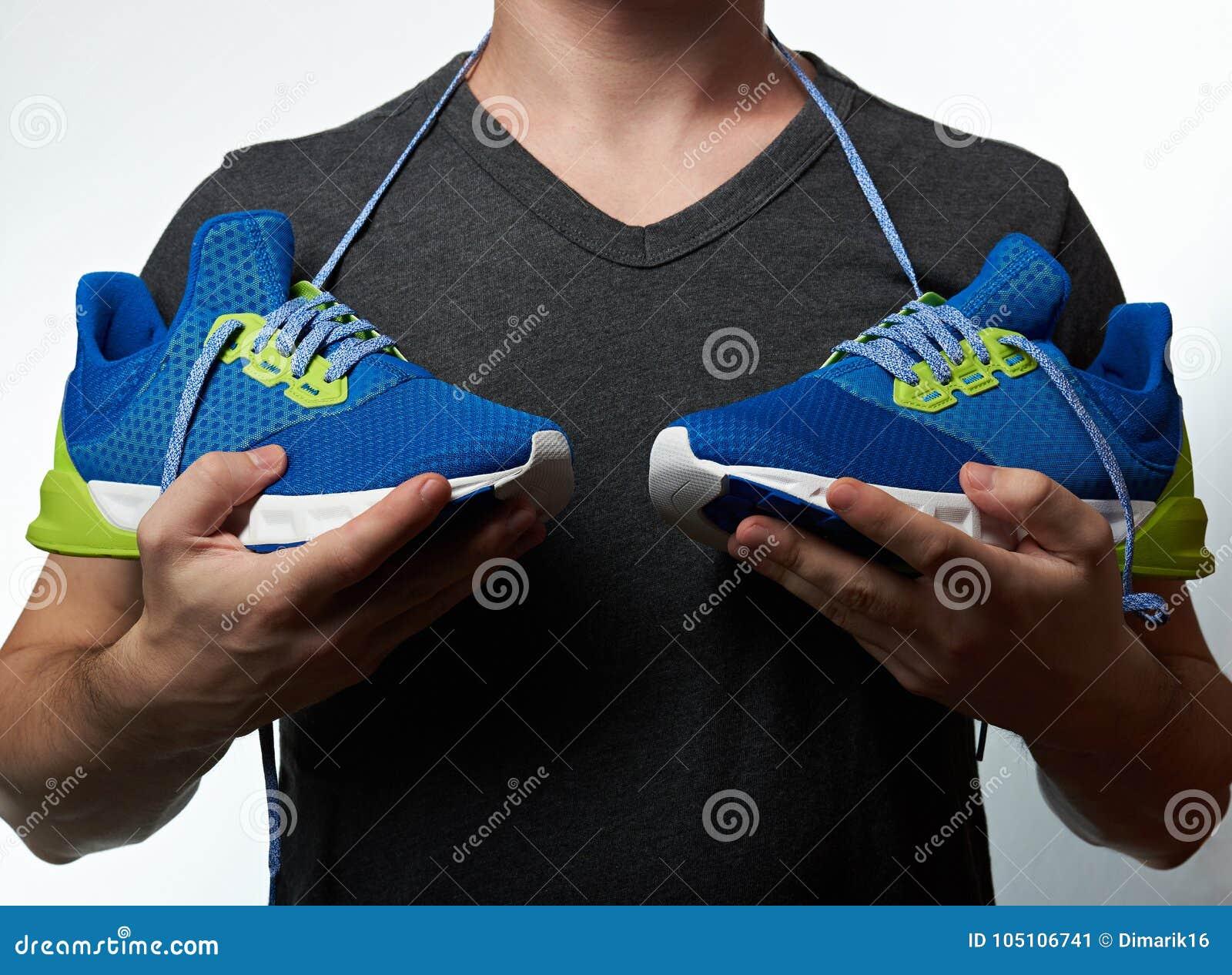 Imagen Hombre Deportivas Zapatillas Las Que Modernas Sostiene De q11wZ4xa